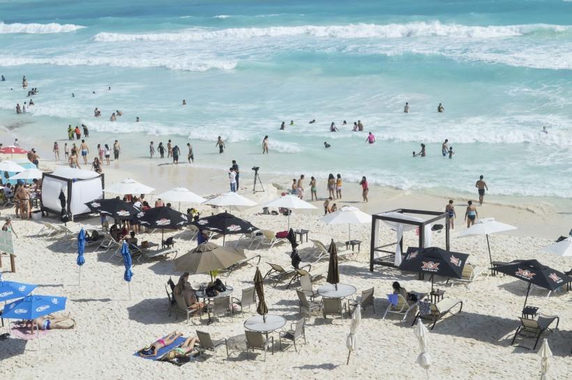 Vacacionistas nacionales y extranjeros abarrotan las playas de Quintana Roo en estas vacaciones decembrinas. FOTO:ELIZABETH RUIZ /CUARTOSCURO.COM