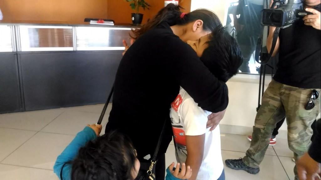 La madre fue reunida con su hijo después de que policías ministeriales lo encontraran en un parque. Foto: Inés García