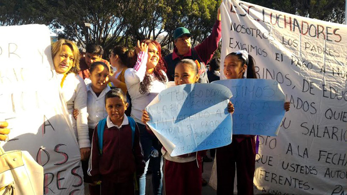 Padres de familia y alumnos al frente de las protestas