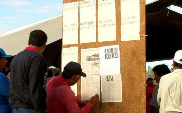 """El reportaje de ZETA, titulado """"Corrupción en Tres Santos"""", en el acceso del campamento de los pescadores inconformes."""