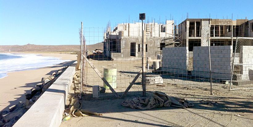 """La construcción del desarrollo turístico sobre un estero, a pesar de las desafortunadas declaraciones del secretario general, Alvaro de la Peña, y quien expuso que """"todo estaba en regla""""."""