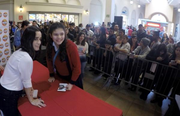 La cantante acudió a la plaza comercial Galerías Hipódromo para ofrecer una firma de autógrafos