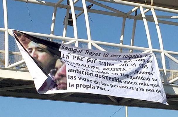 La narcomanta colgada en el puente de la colonia 8 de Octubre en La Paz en contra del ex jefe de la Unidad de Secuestros, Samgar Salvador Gómez Reyes.