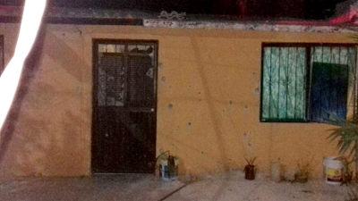 """Asi quedó la vivienda del narcomenudista identificado como """"El Zumba"""" la noche del pasado 21 de marzo en las calles Nopoló entre Mar Bermejo y San Juan de los Planes en la colonia 8 de Octubre en La Paz."""