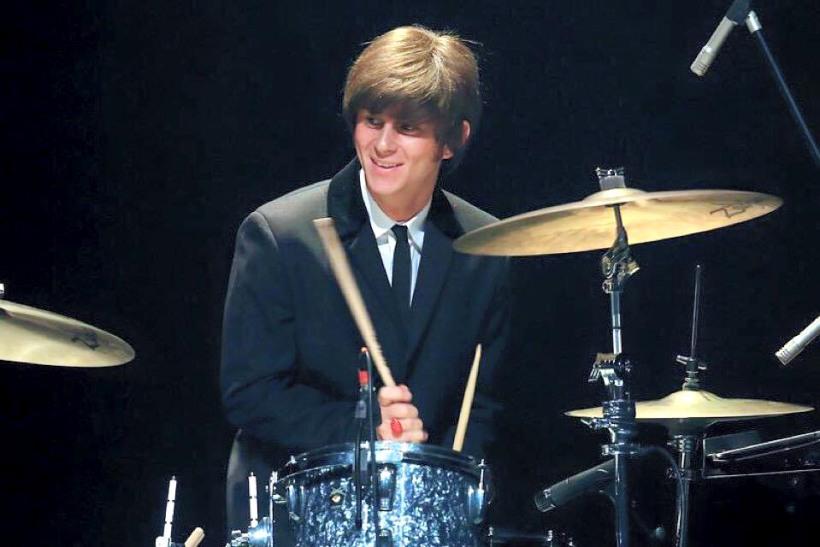 Aaron Chiazza en el rol de Ringo Starr