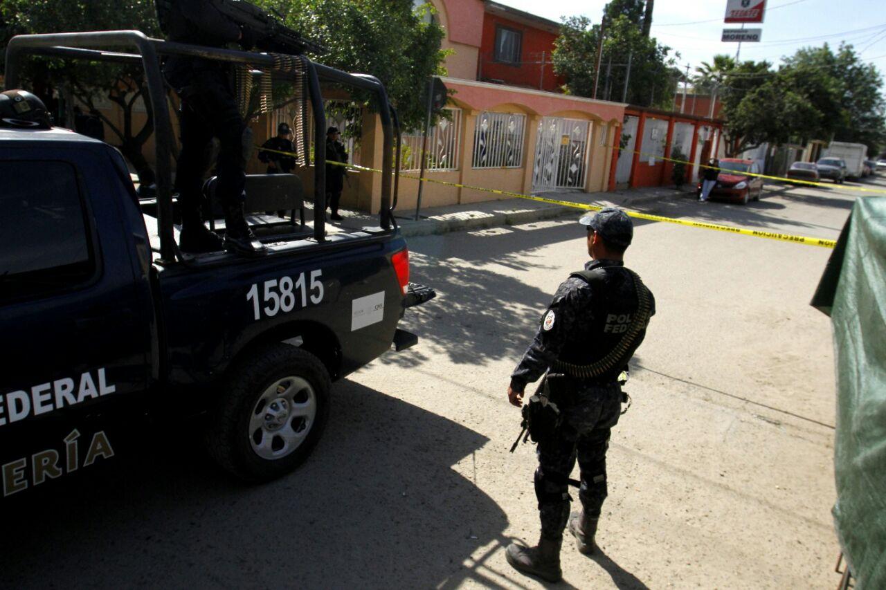 Entre puestos de sobreruedas, policías federales vigilaron la zona. Foto: Jorge Dueñes