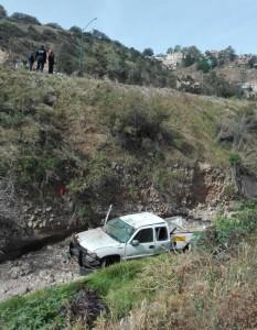 Al volcar el vehículo cayó a un barranco.