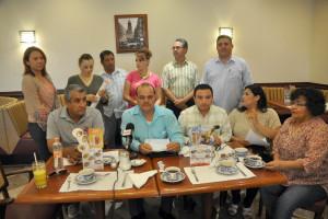 Trabajadores del Seguro Popular, en rueda de prensa. FOTO: SERGIO HARO