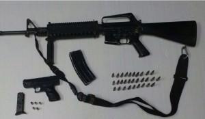 Armas y cartuchos aseguradas a los delincuentes
