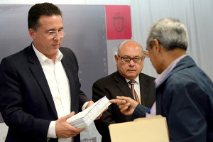 FOTOS: Ramon T Blanco V.- Transportistas entregan Reforma de Transporte al alcalde