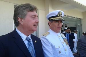 Foto: Lorena Lamas/ El Vicealmirante Romel Eduardo Ledesma Abaroa con el gobernador Kiko Vega