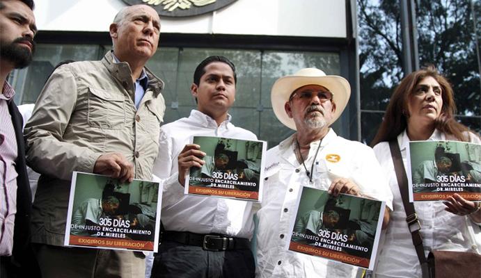 Al centro, Daniel Moncada, Hipolito Mora y Virginia Mireles, en una protesta ante la PGR en 2015