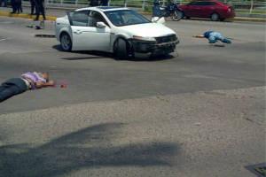 El hombre identificado como sobrino del narcotraficante quedó sin vida de lado izquierdo del vehículo. Vestía de azul. Foto: Especial para ZETA