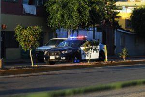 El agente de esta patrulla repelió la agresión a sus atacantes.
