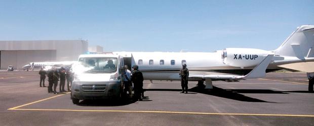 Traslado de El Simón o El Sepultero, El Güero Rufles, El Danny, El Guayabo, El Fantasma y El Compadrón ex lider d eplaza zona norte La Paz en avioneta de SEIDO