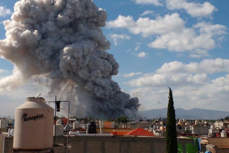 Explota mercado de pirotecnia en Tultepec (videos)