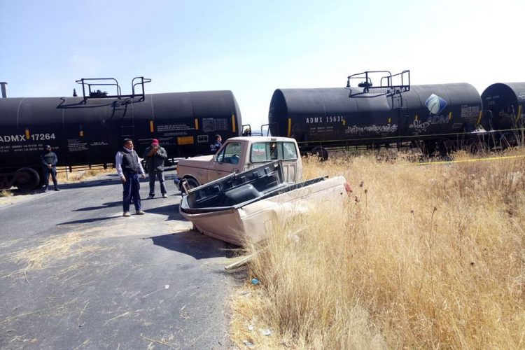 Embiste tren camioneta con una familia a bordo