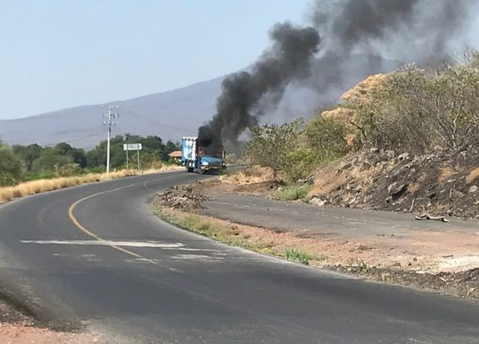'Narcobloqueos' con quema de vehículos en Apatzingán, Michoacán,