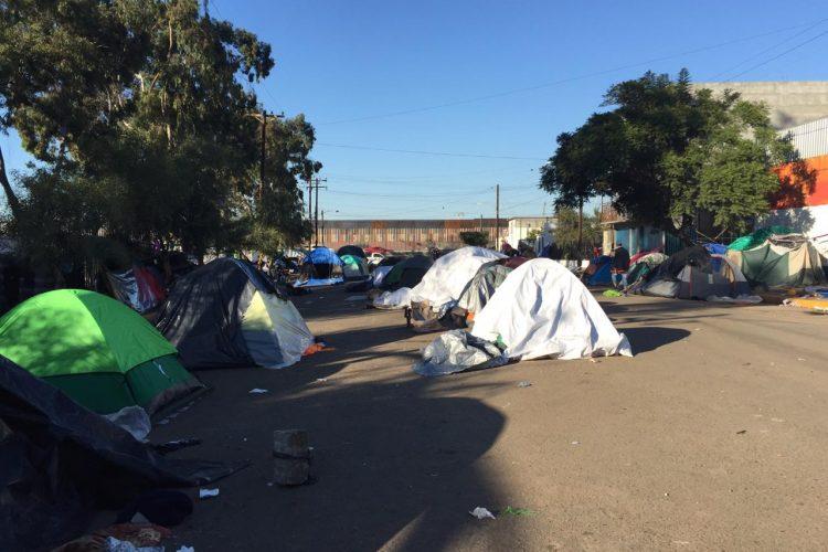 Más familias cruzan ilegalmente a San Diego