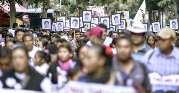 Por lo menos hay tres casos de corrupción que el Presidente de la República, Andrés Manuel López Obrador, estaría indultando Marcha-ayotzinapa-1
